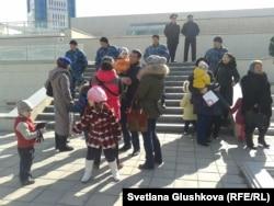 Владельцы и жители снесенных домов пришли к парламенту, чтобы сдать заявления. Астана, 14 апреля 2014 года.