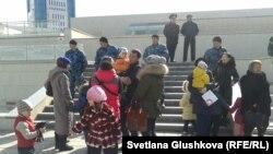 Жер телімдерінің мемлекет қажетіне алынуына наразылар парламент алдына жиналып тұр. Астана, 14 сәуір 2014 жыл.