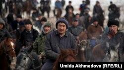 Өзбекстандағы қазақтар көкпар тартып жүр. Паркент, 22 қаңтар 2015 жыл. (Көрнекі сурет)