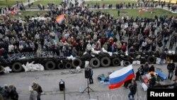 Проросійські демонстранти під будівлею донецької ОДА, 8 квітня 2014 року