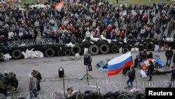 Проросійські активісти біля будівлі ОДА в Донецьку, 8 квітня 2014 року