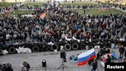 Эътирозарони тарафдори Русия дар маркази Донетск