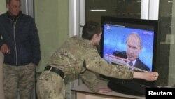 Сепаратисти в Донецьку дивляться виступ Володимира Путіна, в якому той, серед іншого, заперечував причетність до подій на сході України, 16 квітня 2015 року