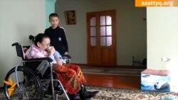 Мүгедек ананы 13 жастағы баласы күтеді