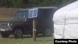 Солнечная батарея, установленная рядом с юртой на летнем пастбище в Монголии. Июль 2012 года. Фото из социальной сети Facebook.