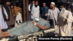Содырлар шабуылы кезінде жараланған адамды ауруханаға әкеле жатыр. Пешавар, Пәкістан, 1 желтоқсан 2017 жыл.