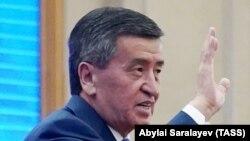 Сооронбай Жээнбеков отставкаға кеткенінен бір күн өткен соң қырғыз парламентінің кезектен тыс отырысына қатысып отыр. Бішкек, 16 қазан 2020 жыл.