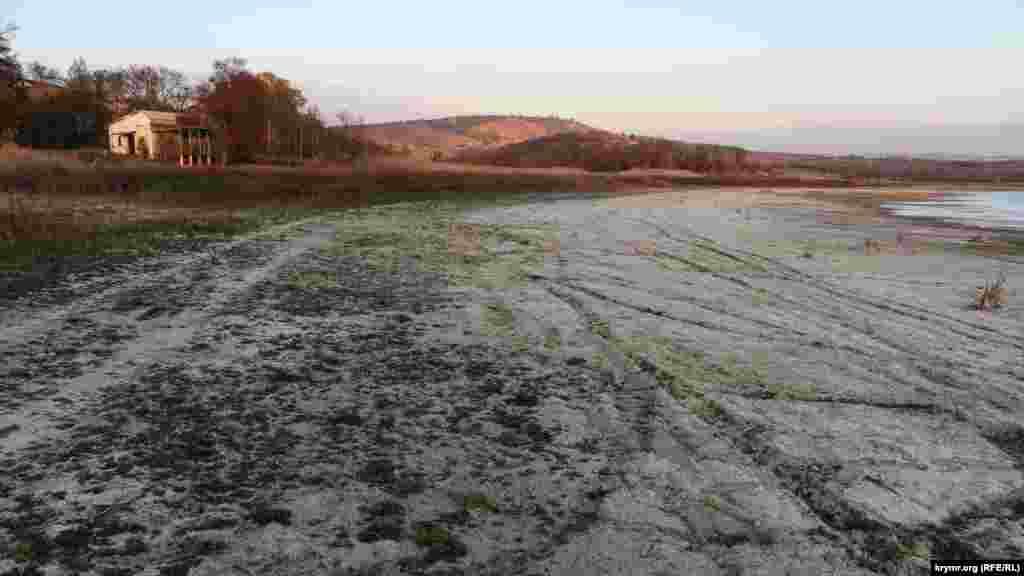 Обмелевшие берега водохранилища