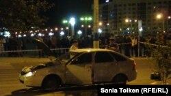Полицейские досматривают машину на месте ночного вооруженного инцидента в центре города Атырау. 15 сентября 2012 года.