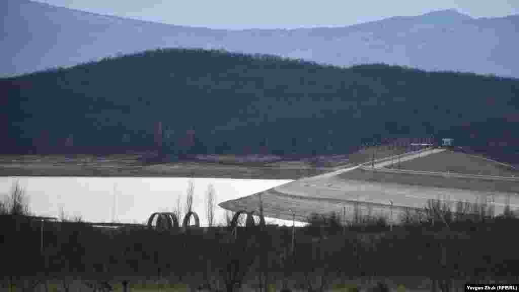 З цього боку водосховища вода також відступила далеко від дамби
