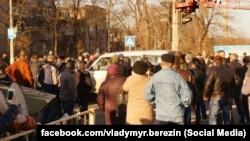 Група жителів Костянтинівки на місці ДТП (фото: facebook.com/vladymyr.berezin)