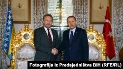 Bosniya prezidentliyinin üzvü Bakir İzetbegovic (solda) və Türkiyə prezidenti Recep Tayyip Erdoğan