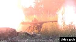 Перестрелка между правительственными войсками Украины и сепаратистами. Скриншот видеозаписи. Иллюстративное фото.