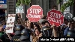 La Praga au protestat și oponenții partidelor populiste