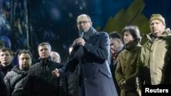 Арсений Яценюк (с микрофоном в руках) выступает перед протестующими на Майдане Незалежности. Киев, 18 февраля 2014 года.