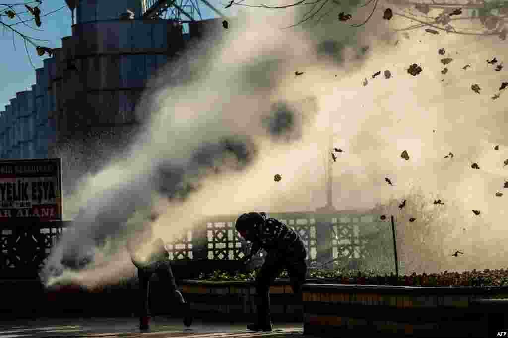 Турэцкі спэцназ паліцыі выкарыстоўвае вадамёты, каб разагнаць удзельнікаў пратэсту ў горадзе Дыярбакыр на паўднёвым усходзеТурэччыны. У горадзе ўвялі камянданцкі час пасьля забойства вядомага курдзкага адваката 28 лістапада. (AFP/Ilyas Akengin)