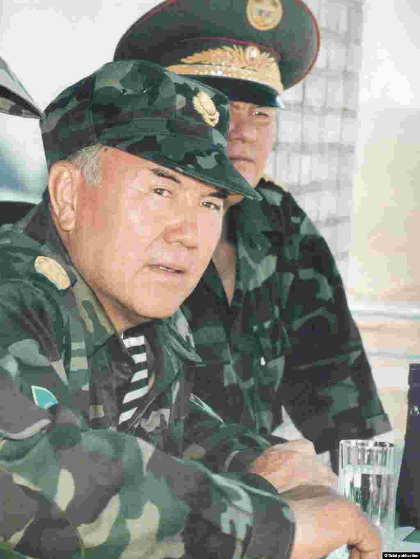 Главнокомандующий Нурсултан Назарбаев наблюдает за учениями.