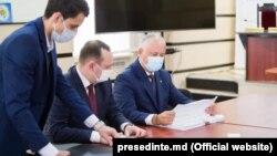 Președintele Igor Dodon depune la CEC listele de semnături pentru înscrierea în competiția electorală