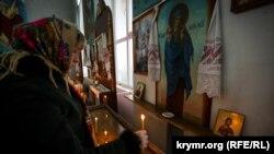 Віруючі моляться в сімферопольському храмі УПЦ КП