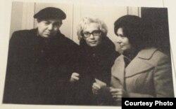 Уладзімер Караткевіч, яго жонка Валянціна Браніславаўна і яго перакладчыца Валянціна Шчадрына. Другая палова 70-х гг.