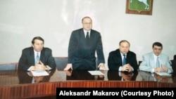 Томск мэриясында Егор Гайдармен (оң жақтан екінші) өткен кездесу. 1998 жыл.