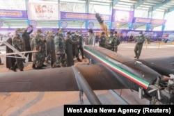 Глава Генштаба Армии Ирана Мохаммад Багери и другие офицеры осматривают новые иранские боевые беспилотники. 4 января 2021 года