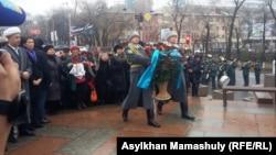 На возложении цветов в память о жертвах Декабрьских событий 1986 года. Алматы, 17 декабря 2016 года.