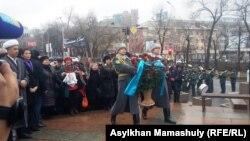 «Тәуелсіздік таңы» монументіне гүл қою. Алматы, 17 желтоқсан 2016 жыл.
