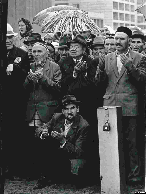 Август 1989 - Казанның Мусин урамында яңа мәчеткә нигез ташы салу чарасы үтә