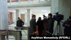 Журналисты, которых не пустили дальше турникетов в акимате Алматы в день, когда встретиться с чиновниками пришли многодетные матери. 6 февраля 2019 года.