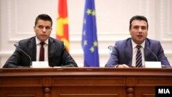 Вицепремиерот за борба против корупцијата Љупчо Николовски и премиерот Зоран Заев