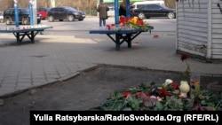 Люди несуть квіти до місця ДТП у Дніпропетровську, 22 березня 2013 року