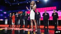 آیلا براون، در حال خواندن سرود ملی آمریکا پیش از آغاز مناظره.