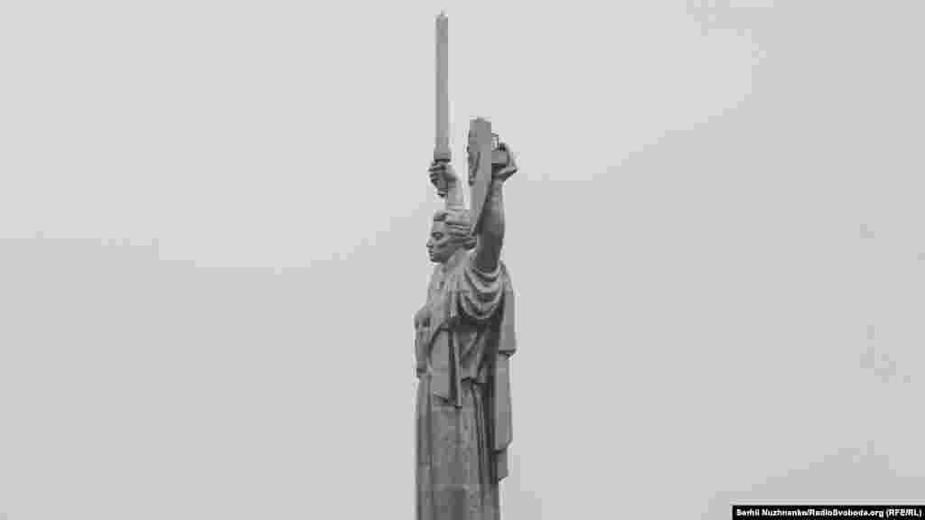 У народі скульптуру («пам'ятник Перемоги») нарекли «Вікторією Петрівною», чим водночас обігрувалося два поняття– латинське за походження слово «Victoria» (Перемога) та ім'я, по батькові дружини генерального секретаря КПРС Леоніда Брежнєва (Вікторія Петрівна Брежнєва)