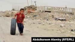 طفل يلعب في احد شوارع البصرة