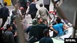 صحنهای از درگیری خیابانی نیروهای امنیتی و معترضان