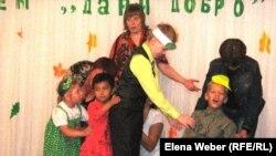 Дети с ограниченными возможностями принимают участие в театральной сценке. 25 августа 2011 года. Темиртау