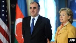 Azərbaycanın xarici işlər naziri Elmar Məmmədyarov (sağda) və ABŞ dövlət katibi Hillari Klinton (solda).