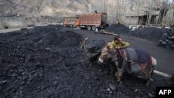 Подъезд к угольной шахте в провинции Саманган. 3 апреля 2013 года. Иллюстративное фото.