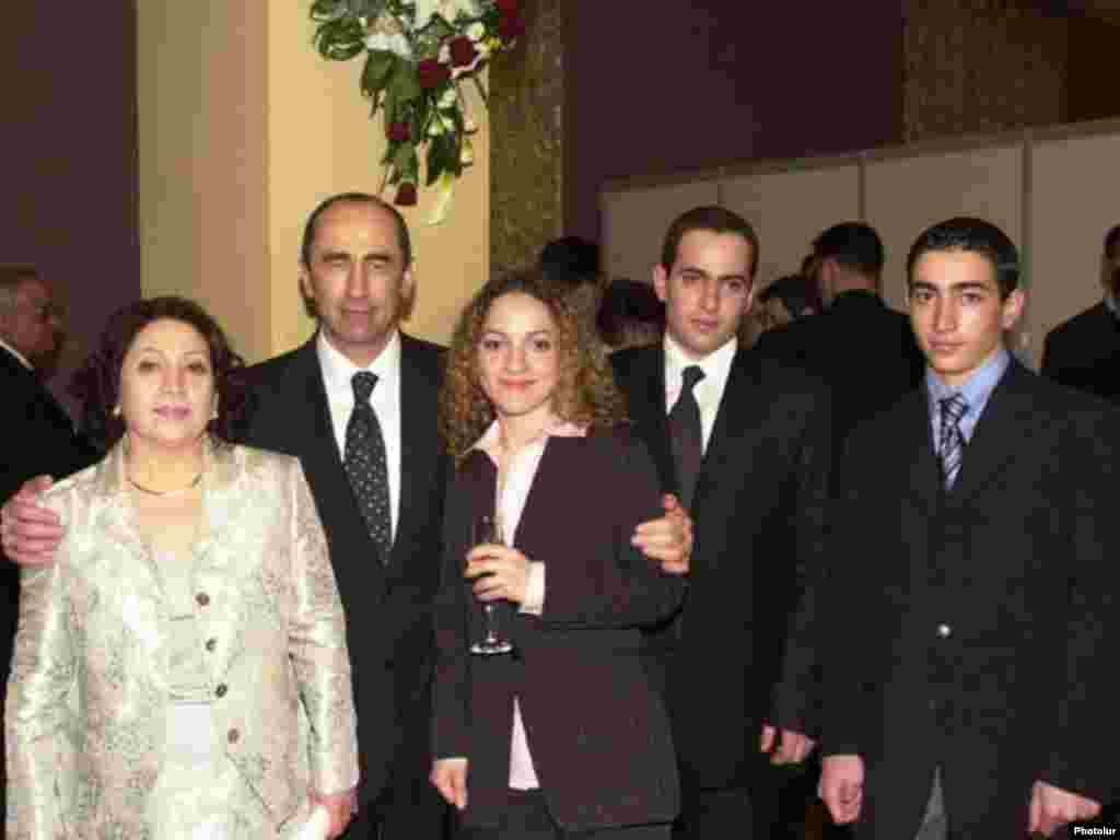 Бывший президент Армении вместе с семьей.
