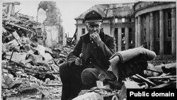 Нацистский офицер на руинах города Саарбрюккен. 1945 год.