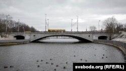 Мост празь Сьвіслач у парку Горкага ў Менску