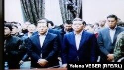 Бывший премьер-министр Казахстана Серик Ахметов (второй справа) слушает приговор по своему уголовному делу. Караганда, 11 декабря 2015 года.