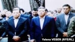 Бұрынғы премьер-министр Серік Ахметов (ортада) сотта тұр. Қарағанды, 11 желтоқсан 2015 жыл.