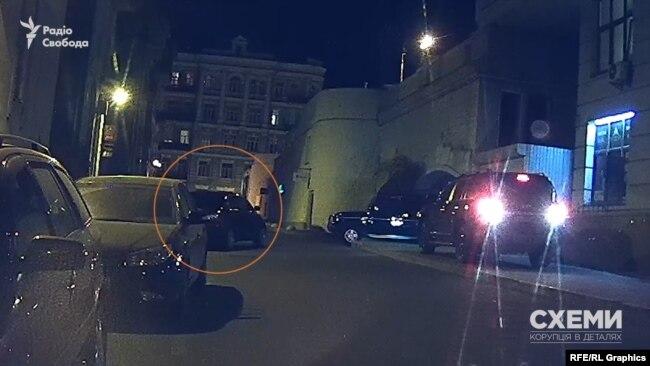 Skoda, яка привезла Смирнова, залишила вулицю швидко і з вимкненими фарами