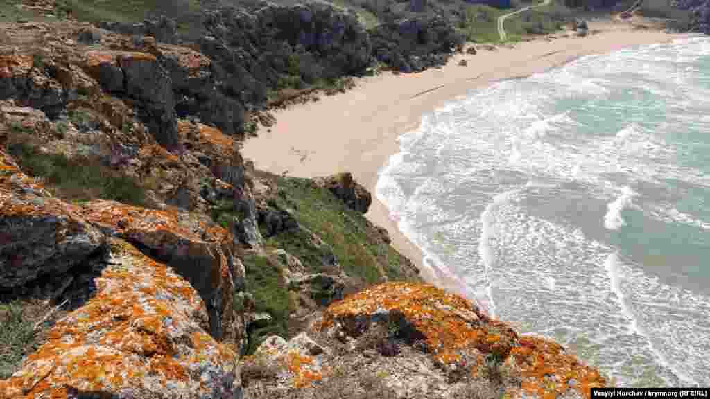Покриті рудим мохом скелі – «візитна картка» Генеральських пляжів. Мальовничі на вигляд, вони можуть бути притулком для змій і сколопендр