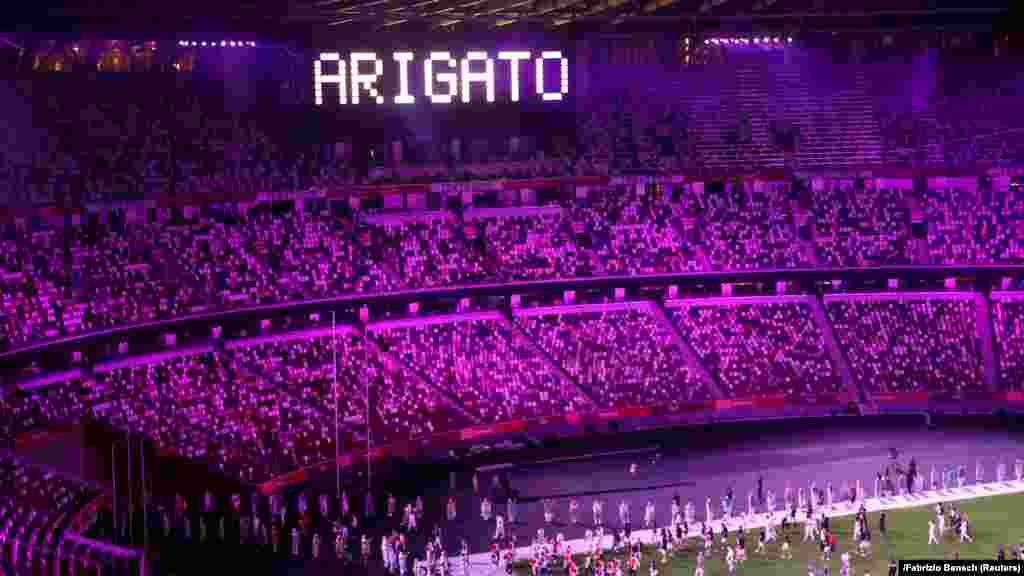 """Салтанаттын соңунда стадиондо """"arigato"""" деген жазуу пайда болду. Бул сөз жапончо """"рахмат"""" дегенди түшүндүрөт."""