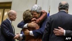 جان کری، وزیر امور خارجه آمریکا، کاترین اشتون، مسئول سیاست خارجی و امور امنیتی اتحادیه اروپا را در آغوش گرفته است.
