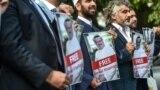 Участницы правозащитной группы стоят у посольства Саудовской Аравии в Стамбуле с портретами журналиста Джамаля Хашогги, который пропал без вести после того, как зашел в здание диппредставительства. 9 октября 2018 года.