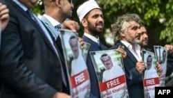 Стамбулдагы Сауд Аравиянын консулдугунун алдындагы Хашогинин тарапташтары. 5-октябрь, 2018-жыл.